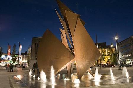 Die Quincentennial Fountain am Eyre Square. Der Brunnen wurde 1984 errichtet und erinnert an den 500. Jahrestag der Gründung Galways. Foto: Derek Cullen/Fáilte Ireland/dpa