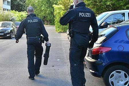 Polizisten gehen bei einer Razzia gegen Schleuser mit einer Ramme über einen Hof. Foto: Paul Zinken/dpa-Zentralbild/dpa