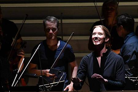 Joana Mallwitz im Scheinwerferlicht. Foto: Barbara Gindl/APA/dpa