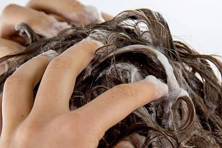 Shampoo gibt es längst nicht mehr nur aus der Flasche - feste Varianten können zum Teil mit flüssigen durchaus mithalten. Foto: Christin Klose/dpa-tmn