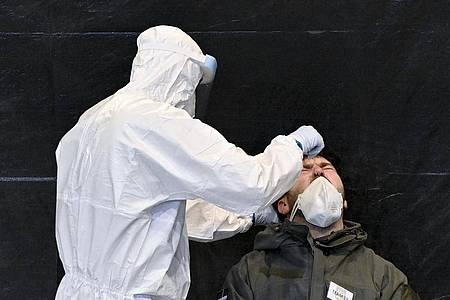 Massentests sollen die Ausbreitung des Coronavirus eindämmen. Foto: Herbert Neubauer/APA/dpa