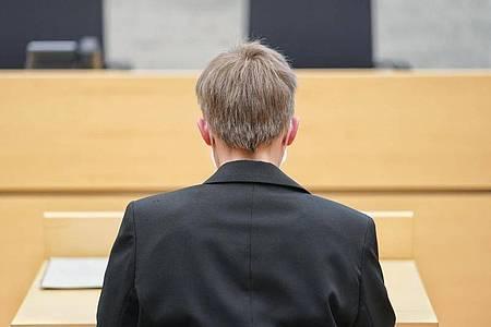 Die angeklagte Ordensschwester sitzt vor Prozessbeginn im Amtsgericht Würzburg. Foto: Nicolas Armer/dpa