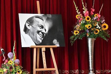 Ein Bild von Herbert Köfer und Blumen auf der Bühne. Foto: Bernd Settnik/dpa