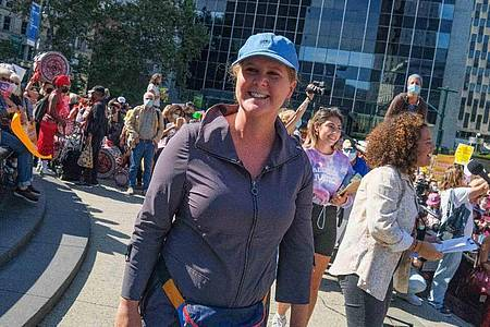 Schauspielerin und Komikerin Amy Schumer bei einer Demo für das Abtreibungsrecht. Foto: Milo Hess/ZUMA Press Wire/dpa