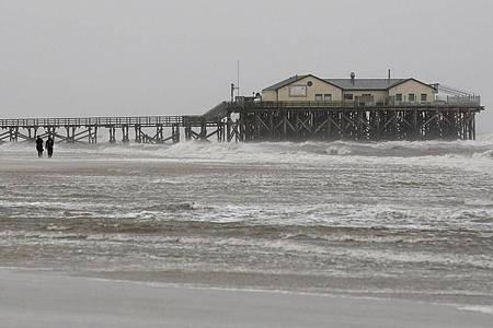 Sturm am Strand von St. Peter Ording. Foto: Bodo Marks/dpa