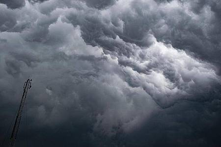 Eine dichte Gewitterfront braut sich in Kalkutta zusammen. Foto: Santarpan Roy/ZUMA Wire/dpa
