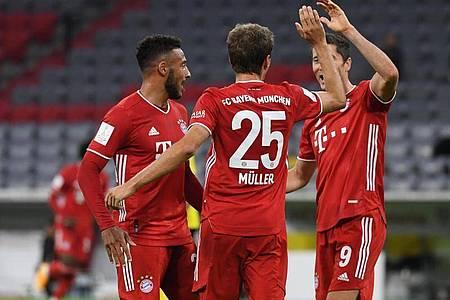 Thomas Müller (M) baute die Bayern-Führung noch vor der Halbzeit aus. Foto: Sven Hoppe/dpa-Pool/dpa