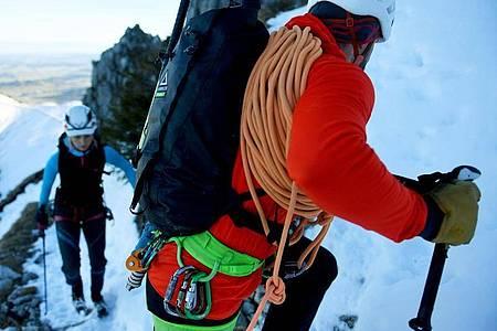 Wenn es auf den Gipfel geht, haben Bergführer immer einen Blick auf ihre Gäste. Foto: Angelika Warmuth/dpa-tmn