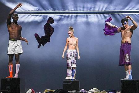 "Models beim ""Fashion Open Studio x MBFW"" mit Kreationen des Labels #Damur. Foto: Jens Kalaene/dpa-Zentralbild/dpa"