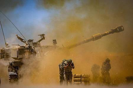 Israelische Artilleriekorps feuern in den Gazastreifen nahe der südisraelischen Stadt Sderot. Foto: JINI/XinHua/dpa