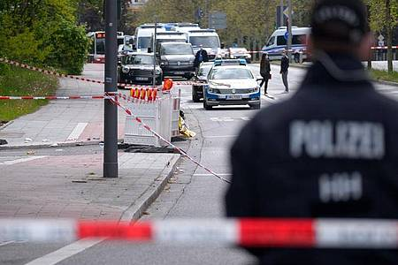 Polizisten sind am Tatort in Hamburg-Winterhude im Einsatz. Foto: Jonas Walzberg/dpa