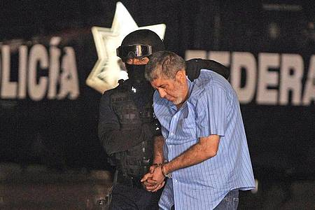 Vicente Carrillo Fuentes alias «El Viceroy» wird von einem Polizisten abgeführt (2014). Foto: Mario Guzman/EFE/dpa