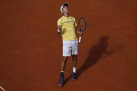 Daniel Altmaier jubelt, er hat den Italiener Matteo Berrettini besiegt und steht im Achtelfinale. Foto: Christophe Ena/AP/dpa