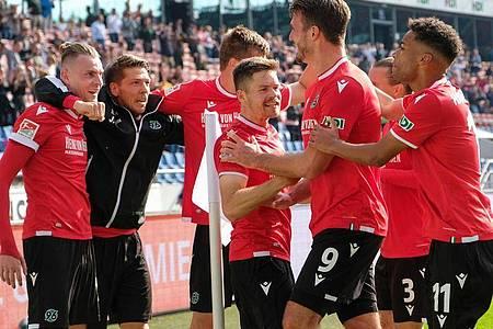 Hannover 96 hat das Derby gegen Eintracht Braunschweig gewonnen: Die Spieler aus der Landeshauptstadt feiern das Tor zum 2:1. Foto: Peter Steffen/dpa