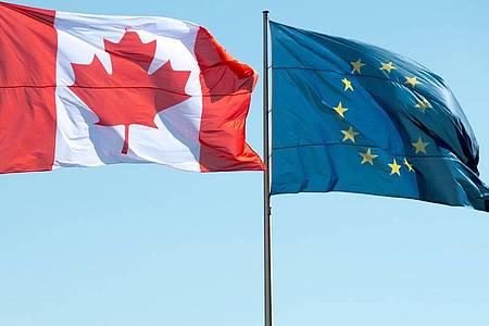 Die Flaggen Kanadas und der EuropäischenUnion wehen inBerlin: Das Bundesverfassungsgericht prüft Rolle des Bundestags bei Ceta. Foto: picture alliance / dpa