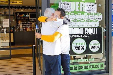 Die Mitarbeiter einer Lotto-Annahmestelle in O Porriño feiern den Verkauf des Gewinnloses. Foto: Marta Vázquez Rodríguez/EUROPA PRESS/dpa