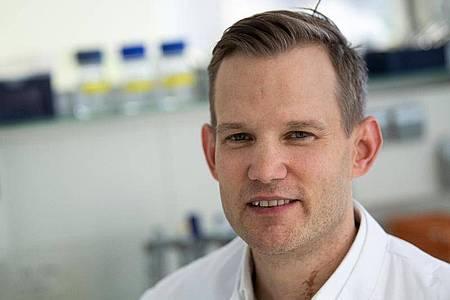 Professor Hendrik Streeck sitzt in einem Labor seines Institutes. Der Virologe rechnet inDeutschland nicht mit einer Herdenimmunität gegen das Coronavirus bis Herbst. (zu dpa: «Virologe Streeck rechnet nicht bald mit Herdenimmunität gegenCorona»). Foto: Federico Gambarini/dpa