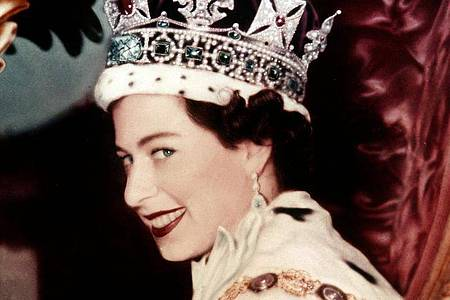 Königin Elizabeth II. nach ihrer Krönung 1953 in der Westminister Abbey. Foto: -/Press Association/dpa