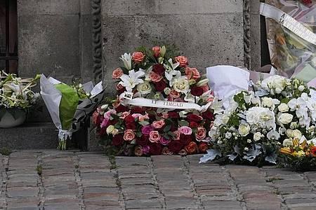 Blumen für Jean-Paul Belmondo vor der Kirche. Foto: Michel Euler/AP/dpa