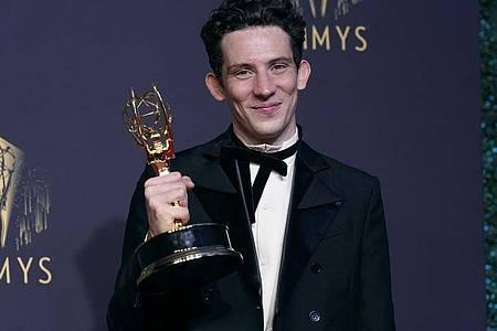 """Josh O`Connor, Gewinner des Preises für den herausragenden Hauptdarsteller in einer Dramaserie für """"The Crown"""", posiert bei den Emmy Awards. Foto: Chris Pizzello/Invision via AP/dpa"""