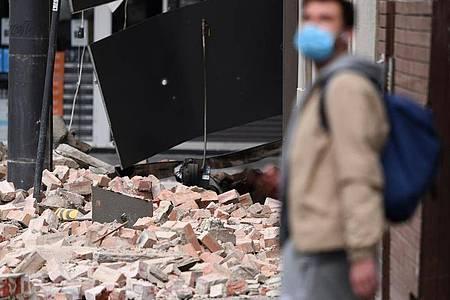 Ziegel liegen auf dem Boden, nachdem Betty`s Burgers in der Chappel Street in Windsor durch ein Erdbeben beschädigt wurde. In Victoria wurde ein Erdbeben gemeldet, dessen Erschütterungen in ganz Melbourne und bis nach Canberra und Sydney zu spüren waren. Foto: James Ross/AAP/dpa