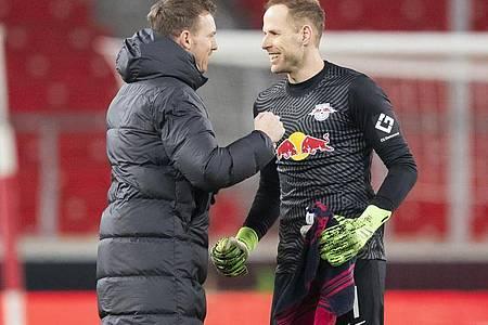 Leipzigs Trainer Julian Nagelsmann (l) bedankte sich bei Torwart Peter Gulacsi. Foto: Tom Weller/dpa