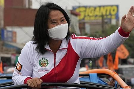 Präsidentschaftskandidatin Keiko Fujimori von der Partei Popular Force winkt ihren Anhängern zu. Angesichts des extrem knappen Rennens bei der Präsidentenwahl in Peru hat Fujimori vor Betrug gewarnt. Foto: Martin Mejia/AP/dpa