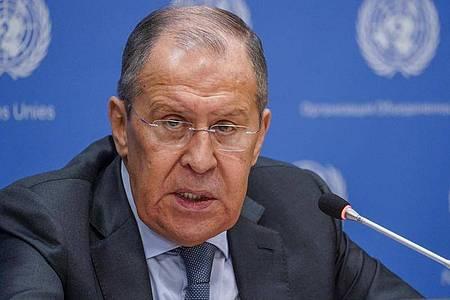 Sergej Lawrow, Außenminister von Russland, spricht bei einer Pressekonferenz bei der 76. Sitzung der UN-Generalversammlung am Hauptsitz der Vereinten Nationen. Foto: Mary Altaffer/AP/dpa