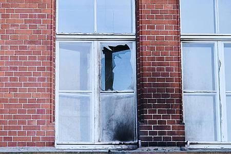 Eine zerbrochene Fensterscheibe und Rußspuren am Gebäude des Robert Koch-Instituts in der General-Pape-Straße im Berliner Bezirk Tempelhof-Schöneberg. Foto: Annette Riedl/dpa