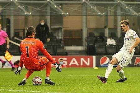 Mönchengladbachs Jonas Hofmann (r) tunnelt Inters Torwart Handanovic und erzielt das 2:1. Borussia Mönchengladbach trifft im nächsten Gruppenspiel auf Real Madrid. Foto: Cezaro de Luca/dpa
