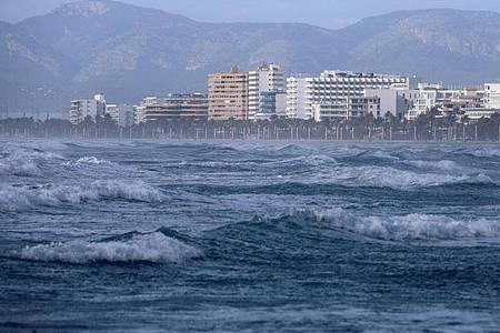 Starker Wellengang an einem Strand auf Mallorca. (Archivbild). Foto: Clara Margais/dpa