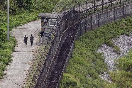 Südkoreanische Soldaten patrouillieren imAugust an der innerkoreanischen Grenze. Die selbst erklärte Atommacht Nordkorea hat südkoreanischen Angaben zufolge neue Marschflugkörper mit großer Reichweite getestet. Foto: -/YNA/dpa