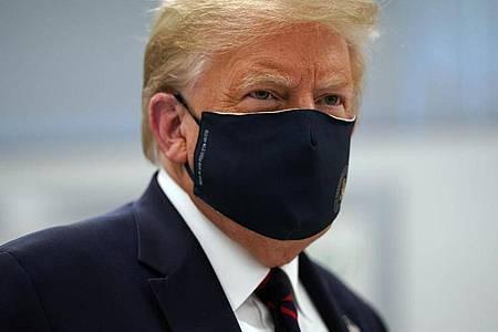 US-Präsident Donald Trump mit einer Mund-Nasen-Schutzmaske. Foto: Evan Vucci/AP/dpa
