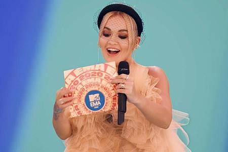 Das Videostandbild zeigt Rita Ora, die bei den MTV European Music Awards den Best Electronic Preis überreicht. Foto: Mtv/PA Media/dpa