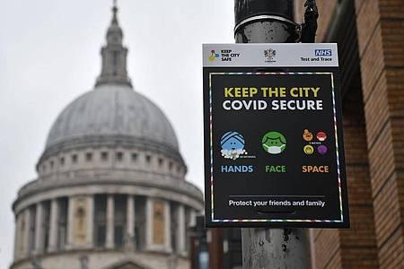 Ein Schild weist vor der St. Pauls Kathedrale in London auf die coronabedingten Hygienemaßnahmen hin. Trotz Lockdowns fürchten britischen Experten eine weitere Verschärfung der Lage. Foto: Dominic Lipinski/PA Wire/dpa