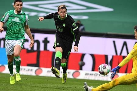VfL-Torjäger Wout Weghorst (M) sorgte beim Wolfsburger in Bremen für die Vorentscheidung. Foto: Carmen Jaspersen/dpa