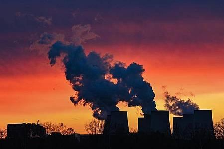 Farbenprächtig leuchten die Wolken im Sonnenuntergang über den Kühltürmen des Braunkohlekraftwerks Jänschwalde der Lausitz Energie Bergbau AG (LEAG). (Symbolbild). Foto: Patrick Pleul/dpa-Zentralbild/dpa