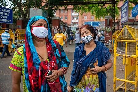 Zwei Frauen betrauern in Neu Delhi den Tod eines Angehörigen. Foto: Pradeep Gaur/SOPA Images via ZUMA Wire/dpa