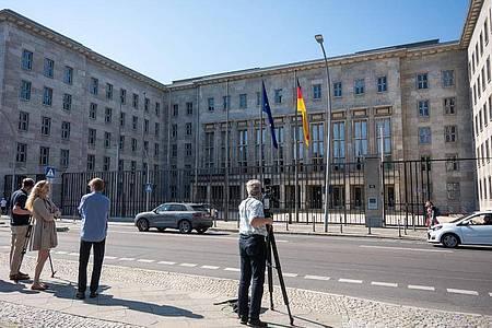 Kamerateams vor dem Bundesfinanzministerium in Berlin. Bei Ermittlungen gegen Verantwortliche der FIU hatte die Staatsanwaltschaft Osnabrück auch das Olaf Scholz unterstehende Ministerium durchsuchen lassen. Foto: Christophe Gateau/dpa