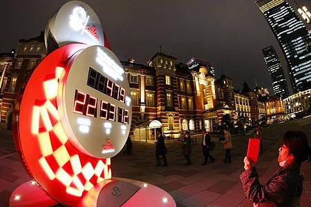 Eine Countdown-Uhr in Tokio zeigt die Anzahl der verbleibenden Tage bis zu den Olympischen Spielen 2021 an. Foto: -/kyodo/dpa