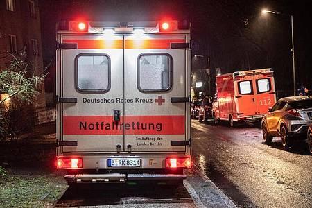 Mehrere Rettungswagen kümmern sich nach dem Brand in Berlin-Kladow um die Bewohner des Pflegeheims. Foto: Paul Zinken/dpa-Zentralbild/dpa