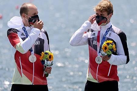 Die Silbermedaillengewinner Jonathan Rommelmann (l) und Jason Osborne bei der Siegerehrung. Foto: Jan Woitas/dpa-Zentralbild/dpa