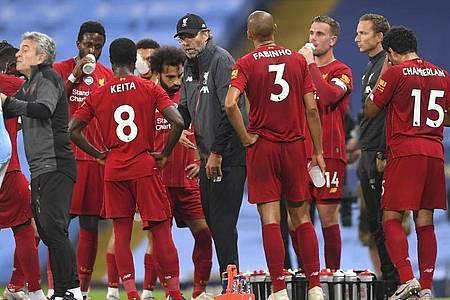 Trainer Jürgen Klopp (M.) kassierte mit dem FC Liverpool eine deutliche Niederlage. Foto: Laurence Griffiths/Pool Getty/AP/dpa