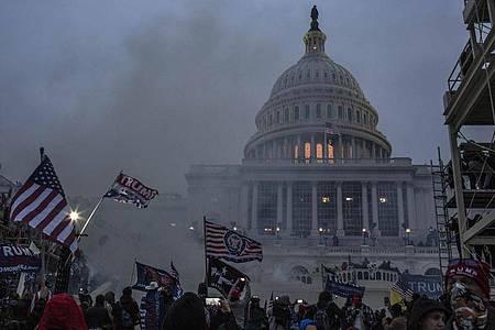 Sicherheitskräfte setzen Tränengas ein, nachdem Unterstützer von US-Präsident Trump das Kapitolgebäude gestürmt haben. Foto: Probal Rashid/ZUMA Wire/dpa