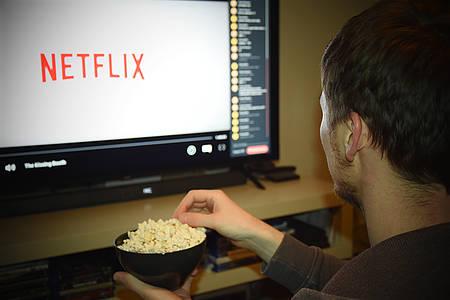 Mann schaut Netflix / Streaming-Review
