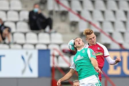 Niclas Füllkrug (l) sicherte Werder Bremen einen Punkt in Freiburg. Foto: Tom Weller/dpa