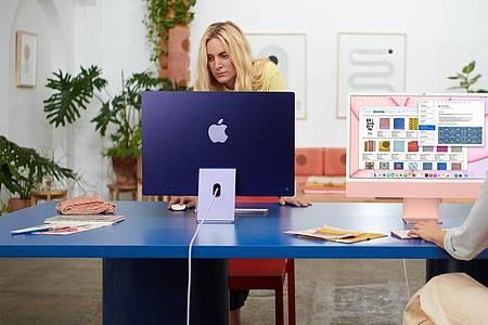 Vorne etwas blasser, hinten knallige Farbtöne. Wer mag, kann sich mit den neuen iMac-Modellen bunte Farben ins Büro holen. Foto: Apple Inc./dpa-tmn