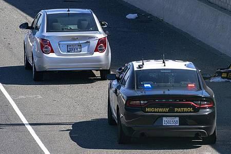 Ein Chevrolet Sonic (l.) am 21. Mai auf dem Seitenstreifen des Freeway 55 in Orange, nachdem Schüsse gefallen waren. Foto: Mark Rightmire/The Orange County Register/dpa