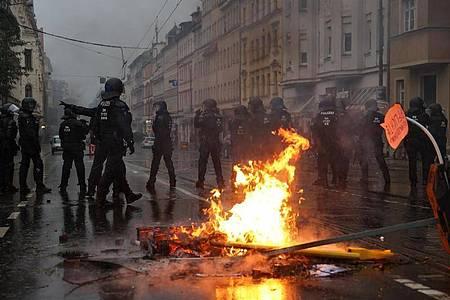 Polizisten sichern die Wolfgang-Heinze-Straße nach Ausschreitungen kam. Foto: Jan Woitas/dpa-Zentralbild/dpa
