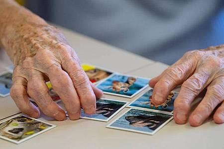 Eine Bewohnerin einer Pflegestation spielt «Memory». Foto: Sven Hoppe/dpa